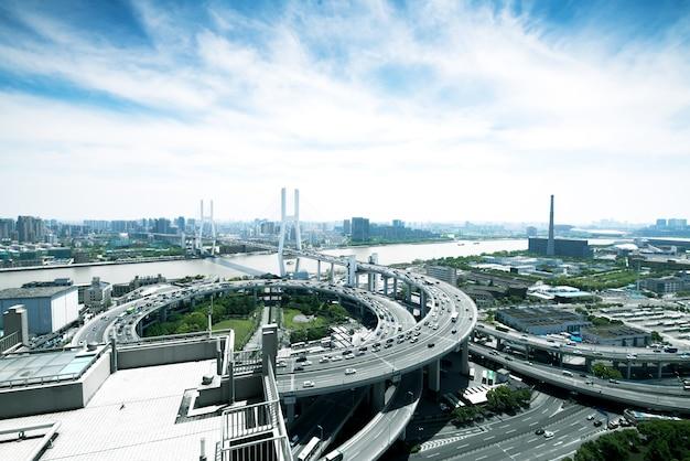 夕暮れ時に上海南浦大橋、車の動きは忙しい交通背景としてぼかし