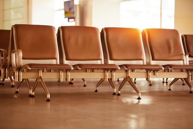 Пустой терминал ожидания аэропорта с креслами