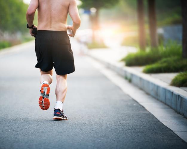 Бегущий спортсмен работает на дороге. женщина фитнес восход бег трусцой тренировки оздоровительный концепции.