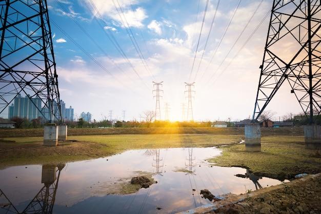 高電圧ポスト。高電圧タワーの空の背景。
