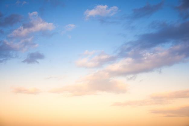 雲、光線、その他の大気効果のある日没/日の出