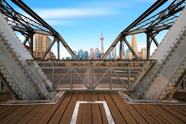 Шанхайский горизонт на рассвете с историческим мостом вайбайду, китай