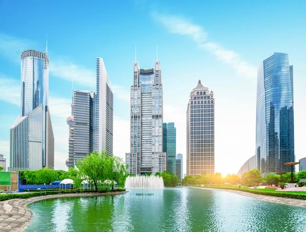 Городской парк с современной предпосылкой здания в шанхае