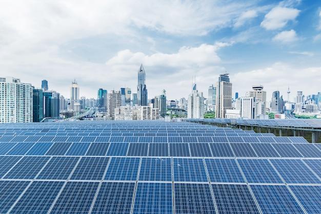 都市の背景ソーラーパネル、上海、中国。
