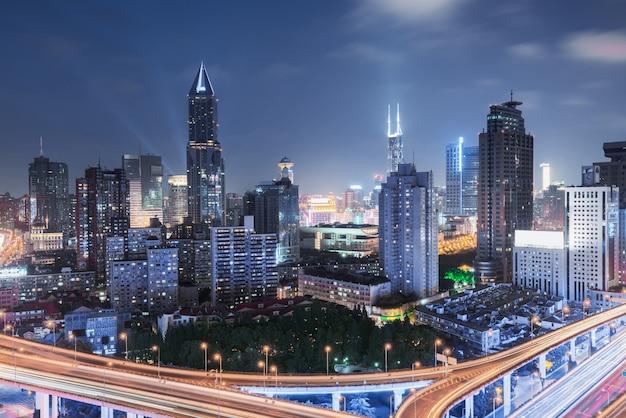 Повышенный взгляд транспортной развязки в шанхае, китае. аэрофотоснимок путепровод ночью, шанхай, китай.