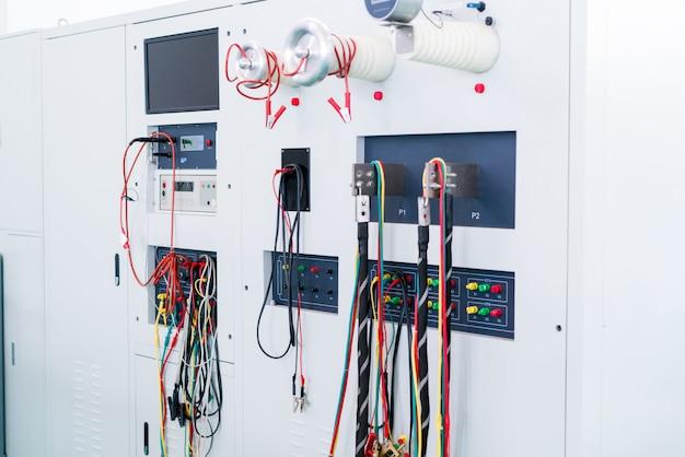 職場の電気技師