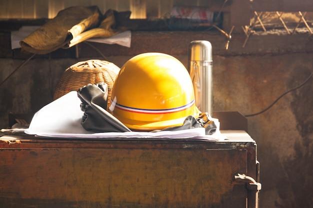 黄色のヘルメット、自然光と労働者の手