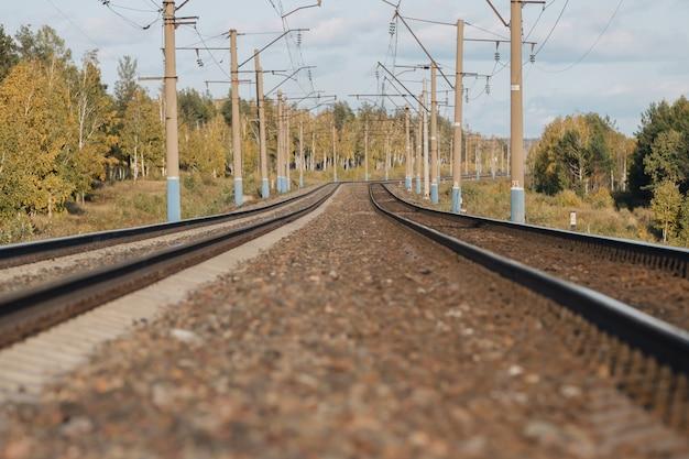 Железнодорожный. два железнодорожных пути уходят вдаль.