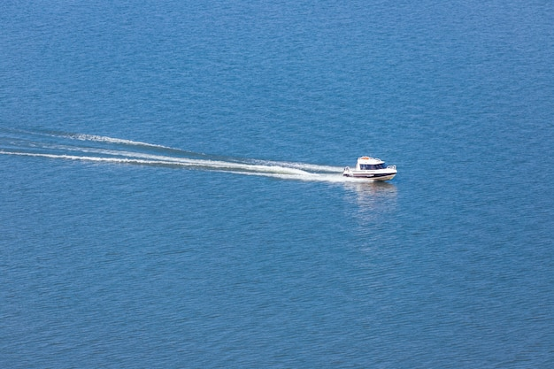 Лодка плывет на большой скорости.