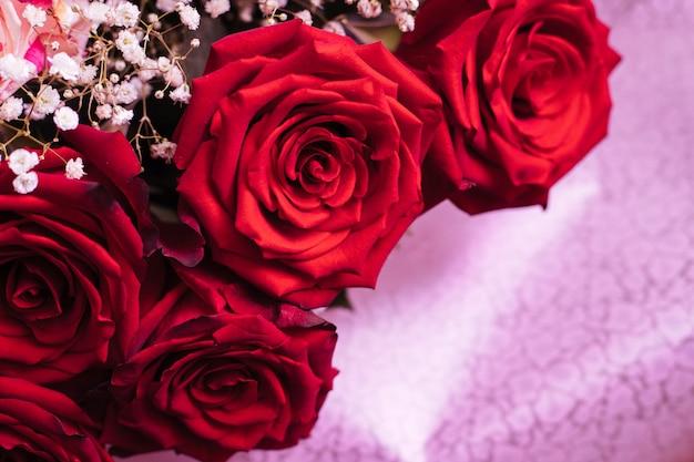バラ。花束。赤い花。芽を閉じます。