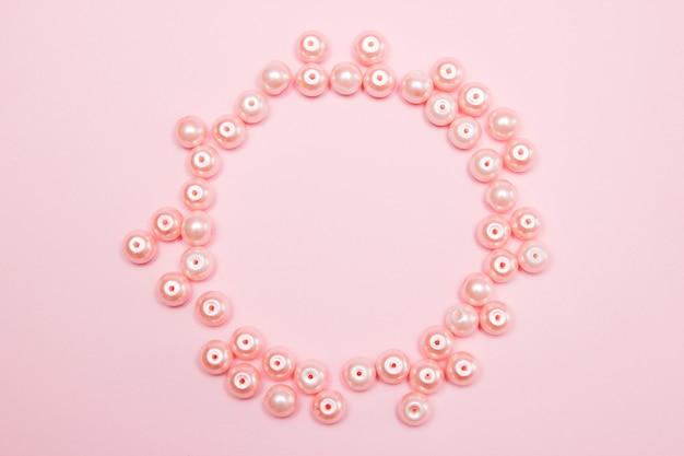 Розовый жемчуг на розовом фоне бумаги