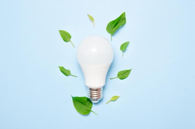 Светодиодная лампа с листьями на синем фоне