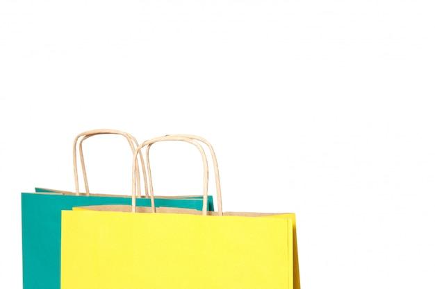 黄色と緑の紙の買い物袋が分離されました。