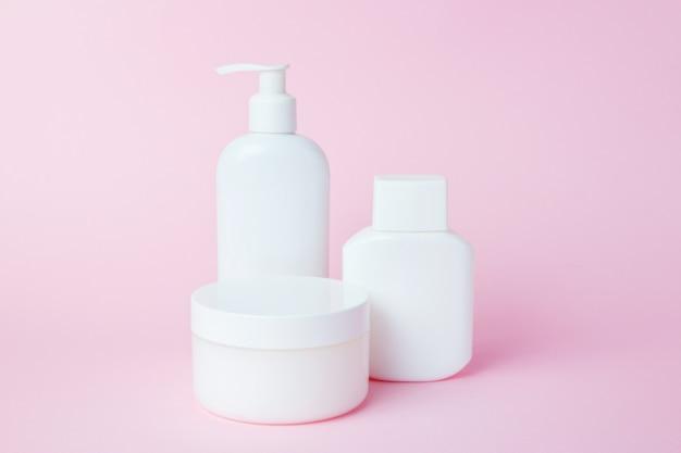 ピンクの化粧品の白い瓶