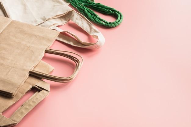 ピンクの無駄のない買い物のための紙袋。