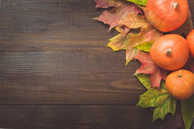 ボードフレームの背景にカボチャとカエデの葉