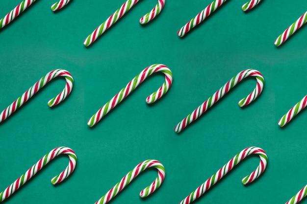 ティールの背景の行にクリスマスキャンデー杖