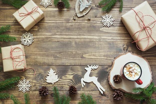 ギフトボックス、鹿、赤いボール、コーン、コピースペースで木の板に装飾クリスマス組成。