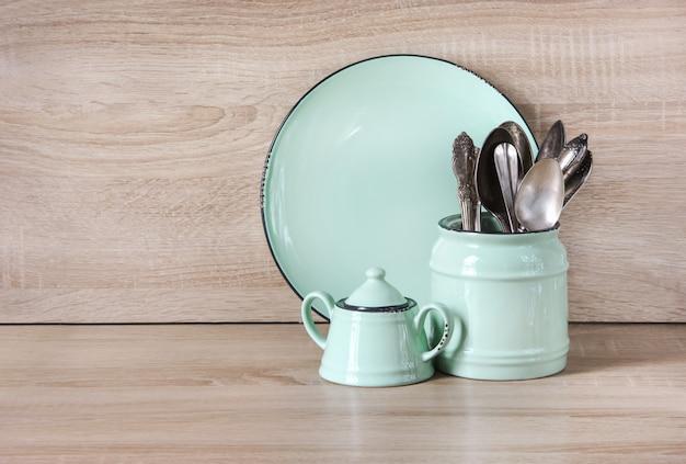 ターコイズ色の食器、食器、食器、木製のテーブルトップのもの
