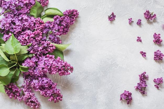Букет из фиолетовых сиреневых цветов с пространством для текста в виде сверху