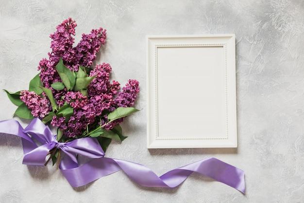 Букет фиолетовых сиреневых цветов с рамкой и пространством для текста