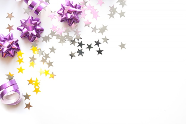 シルバーとピンクのパステルカラーの装飾、ボール、見掛け倒し、星、白い背景の上のキラキラのクリスマスフレーム。クリスマス。平干し。コピースペースのトップビュー