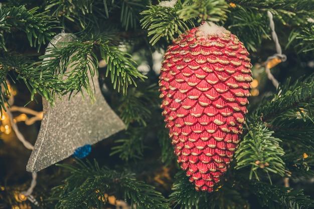 赤いコーン、ガーランドとクリスマスツリーの装飾の詳細