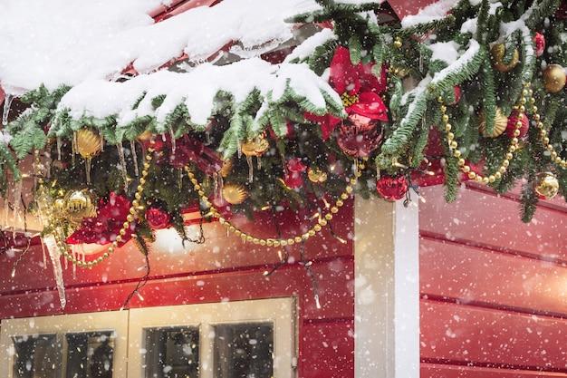 ワークショップと販売の手作りのクリスマスプレゼントのための伝統的な装飾的な赤いキオスク。