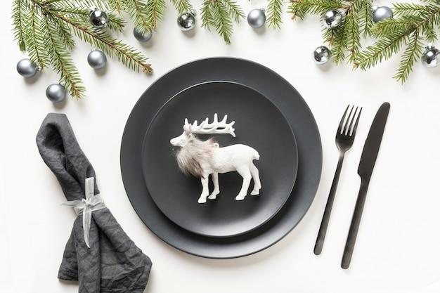 Сервировка стола рождество черный с оленями на белом фоне