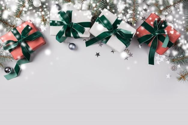 モミの枝ツリー、明るい背景に白、赤の贈り物とクリスマス組成。メリークリスマスカード。冬休み。明けましておめでとうございます。