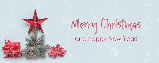 赤いギフトボックスとクリスマスツリーのバナー。フラット横たわっていた。上面図。クリスマスカード。