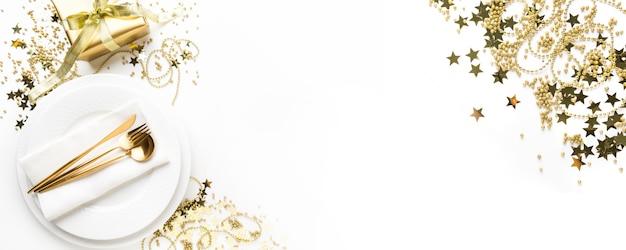 黄金の食器とクリスマステーブルの設定