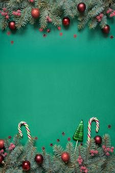 クリスマスツリーの枝、コピースペースと緑の赤いガラス玉。上面図。ホリデーカード。