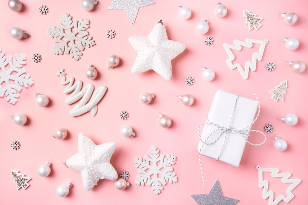 クリスマスの背景に白い装飾、ボール、リンダラー、ピンクのギフトボックス。上面図。クリスマス。新年。