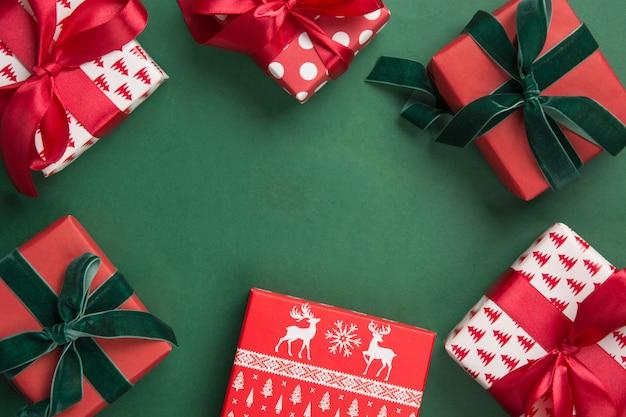 緑の背景にクリスマスボーダーギフト。ボクシングデー。グリーティングカード。冬休み。