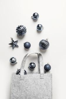 Рождественская сумка с классической синей праздничных покупок на сером фоне. рождественские торговые концепции. вид сверху, плоская планировка.