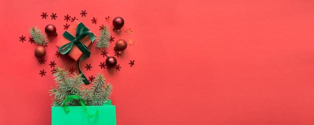Рождественский зеленый бумажный мешок с подарком и праздничных покупок на красный.
