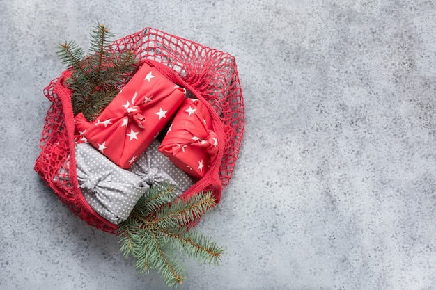 赤い綿のエコメッシュバッグのクリスマスゼロ廃棄物持続可能な贈り物