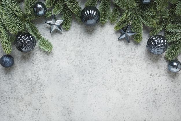 モミの枝と古典的な青いボールのクリスマス冬のアーチ