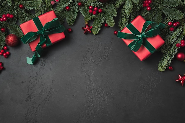 赤いギフト、モミの枝、赤いボールとクリスマス組成