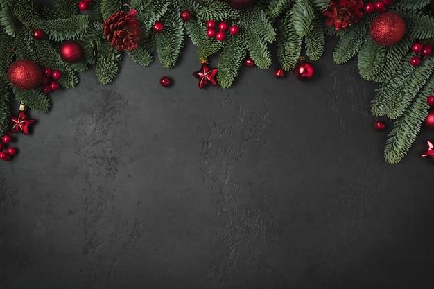 モミの枝と赤のボールとクリスマス冬のアーチ