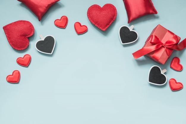 День святого валентина. композиция с подарками, красные сердца на синем.