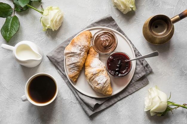 一杯のコーヒー、焼きたてのクロワッサン。上面図。平干し。コンセプトのフランス式朝食。