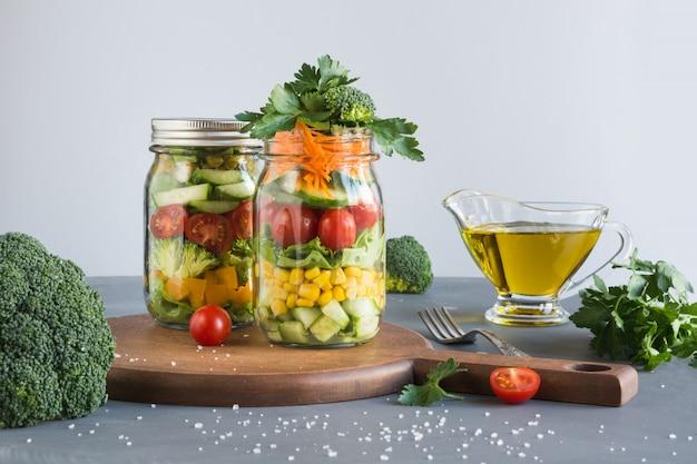 きれいに食べる。トマト、レタス、ブロッコリーと石工の瓶に野菜の自家製サラダ。コピースペース。仕事の昼食。