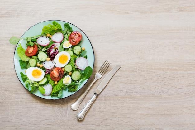 適切な栄養のための野菜と卵の新鮮なサラダ。トップビュー、コピースペース。バランスの取れた食事。減量の概念のためのダイエット。