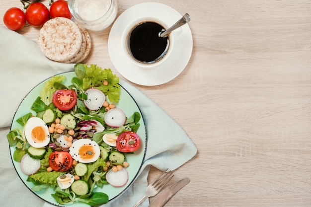 適切な栄養のための野菜と卵の新鮮なサラダ。夏の朝食。トップビュー、コピースペース。
