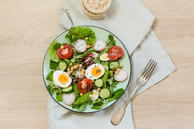 適切な栄養のための野菜と卵の新鮮なサラダ。トップビュー、コピースペース。