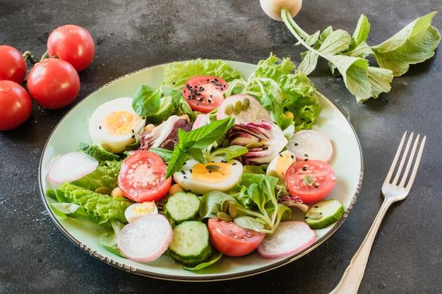 適切な栄養のための野菜と卵からの新鮮なサラダ。夏の食べ物。