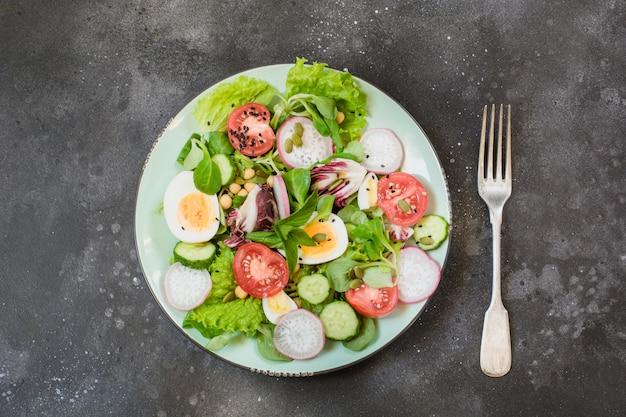 適切な栄養のための野菜と卵の新鮮なサラダ。夏の食べ物。トップビュー、コピースペース。適切な栄養。減量の概念のためのダイエット。