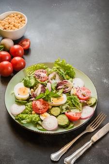適切な栄養のための新鮮な野菜と卵のサラダ。夏の食べ物。